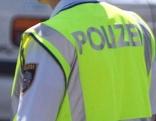 Polizist mit Warnweste von hinten