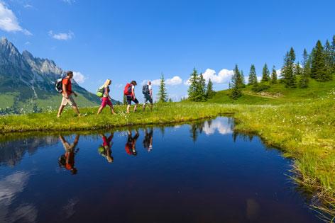 Wanderer spiegeln sich in einem See