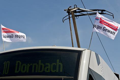 """Ein Straßenbahnzug mit Fahnen """"Wiener Linien gegen Gewalt"""" aufgenommen am Freitag, 13. Juni, 2014"""