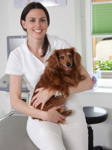 Tierärztin Melanie Bertagnol-Spörr mit ihrer Dackeldame