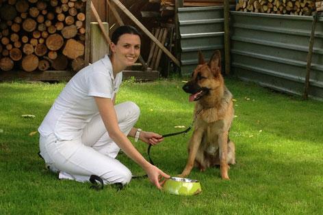 Tierärztin Melanie Bertagnol-Spörr mit Schäferhund