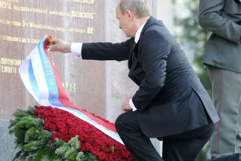 Putin legt Kranz nieder