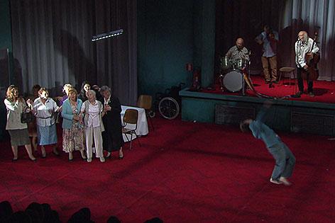 """Das Stück """"Vader"""" der Gruppe Peeping Tom bei der Sommerszene Salzburg 2014"""