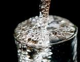 Trinkwasser in einem Wasserglas