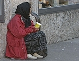 Bettlerin auf der Straße
