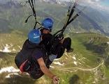 Tandem-Paragleiter über den Bergen