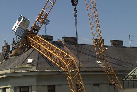 Kran liegt in Dach