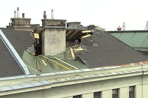 Loch in Dach