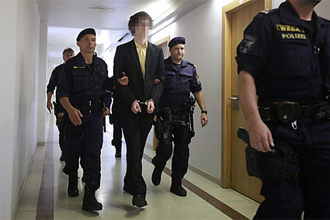 Josef S. wird in den Gerichtssaal gebracht