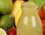 Flasche mit Obstsaft