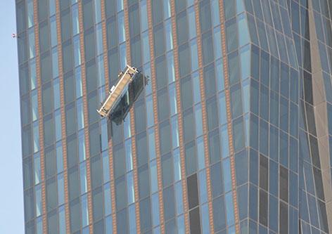Putzgondel in Schräglage am DC Tower