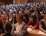Hörsaal voller Studenten (Studierender) an der Universität Salzburg
