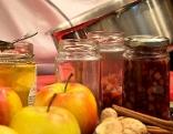 Apfel-Ingwer-Chutney in Gläsern und Äpfel