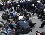 """Demonstranten bei Kundgebung """"Links gegen Rechts"""" gegen Identitäre am 17. Mai 2014"""