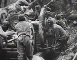 Soldaten schleppten Kanonen auf die Berge