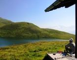 Wanderer sitzt am Lichtsee