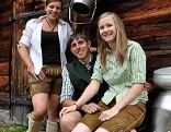 Barbara (links), die Sennerin auf der Metzgeralm, mit ihrem Bruder, dem jungen Almbauern Hermann und dessen Freundin Christina. Sie alle helfen bei der Bewirtschaftung der Alm.