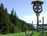 Fahrrad vor Wegweiser
