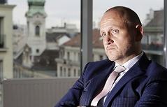 Tourismusdirektor Kettner mit verschränkten Armen