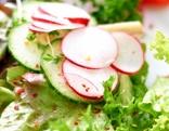 Radieschen im Blattsalat