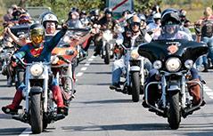 Biker auf einer Harley-Davidson