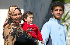 Flüchtlinge mit kleinem Kind am Arm