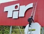 Tirol Werbung Brennerautobahn Schild Buchstaben werden demontiert