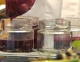 Marmelade wird ins Glas abgefüllt