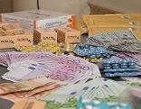 Ein Teil der sichergestellten gefälschten Arzneimittel und Geldscheine