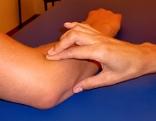 Massage eines Oberarms mit Hilfe der Fingerkuppe