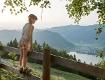 Ein Mädchen steht auf einem Zaun und schaut ins Tal