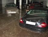 Beschädigte Autos in einer Tiefgarage nach Überflutungen