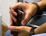 Weibliche Hände mit Handy
