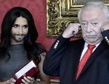 Conchita Wurst (l.) und Bürgermeister Michael Häupl (SPÖ) bei der Verleihung des goldenen Rathausmannes