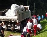 Lkw und Rettungsmannschaft