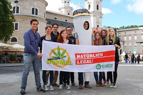 Die Jungen Grünen auf ihrer Legalisierungstour mit Stopp auf dem Mozartplatz