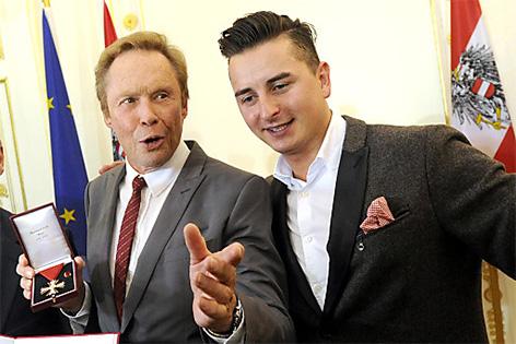 """Sänger und Musiker Peter Kraus (l.) und Andreas Gabalier  (Laudator) während der Überreichung des  """"Österreichisches Ehrenkreuz für Wissenschaft und Kunst"""""""