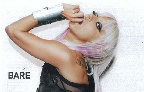Lady Gaga in Pose mit sehr breitem Armband