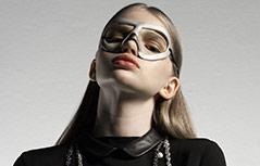Model mit einer Maske des österreichischen Designers AND_i
