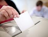 Eine Wählerin beim Einwerfen des Stimmzettels