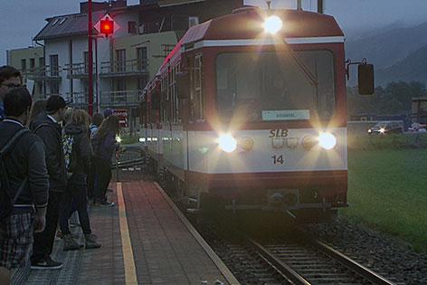 Garnitur für Pinzgauer Lokalbahn fährt in Station ein