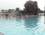Leeres Becken im Volksgartenbad in der Stadt Salzburg
