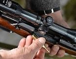 Jagdgewehr wird mit Patrone geladen