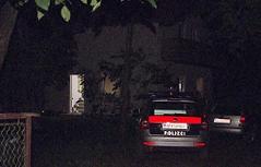 Polizeiauto vor Wohnhaus in der Nacht