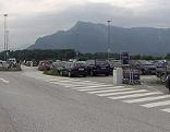Großer Parkplatz beim Flughafen Salzburg (Airport)