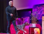 Der umstrittene Hundetrainer Cesar Millan bei einem Auftritt auf der Bühne