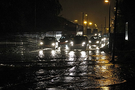 Überflutete Straße in der Stadt Salzburg