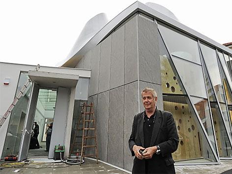 Wolf D. Prix, während eines Rundgangs der neuen evangelischen Martin Luther Kirche