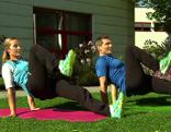Doresia Krings und Michael Mayerhofer machen eine Übung im Rückstütz