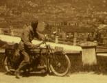 Der Kilometerfresser am Motorrad vor einem Berg
